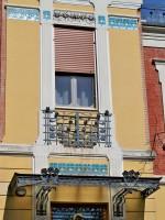 Villa Amalia (1905), particolare delle decorazioni in ferro battuto e delle piastrelle ceramicate che decorano la porta e le finestre. Fotografia di Federica Pezzoli, 2015. © MuseoFerrara