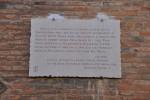 Lapide dell'associazione Ferrarae Decus. In questa casa morì Pandolfo, cugino e amico più caro di Ariosto.
