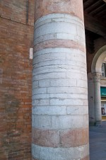 Lapidi ebraiche nella colonna di Borso d'Este. Fotografia di Edoardo Moretti, 2015. © MuseoFerrara