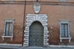 Palazzo Calcagnini, portone. Fotografia di Cinzia Salmi, © Assessorato alla Cultura, Comune di Ferrara.