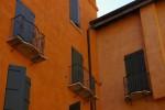Ghetto di Cento. Particolare dei balconcini in ferro battuto dell'hatser (cortile). Fotografia di Federica Pezzoli, 2015. © MuseoFerrara