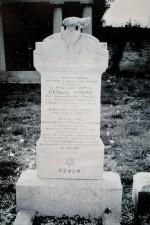 Presso il cimitero israelitico di Ferrara, la tomba di Cesare Minerbi, il nonno dello scrittore Giorgio Bassani defunto nel 1954, con l'epigrafe scritta dal nipote (foto per gentile concessione della Fondazione Giorgio Bassani)
