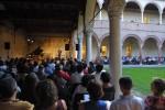 Nel chiostro di Casa Romei il musicologo Paolo Scarnecchia presenta il programma della prima serata lefata alle musiche orientali. Fotografia di Marco Caselli Nirmal ©