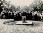 Presso il cimitero israelitico di Ferrara, la tomba di giorgio Bassani, realizzata nel 2003 da Arnaldo Pomodoro e Piero Sartogo, il giorno dell'inaugurazione (foto per gentile concessione della Fondazione Giorgio Bassani)