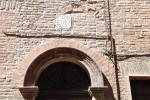 Particolare del fregio in cotto a decorazione dell'arco d'ingresso