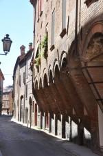 Particolare da via Savonarola del tipico elemento architettonico dell'epoca dagli archi incorniciati.
