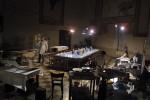 La compagnia Teatro delle Ariette si prepara a offrire Teatro da mangiare a 30 commensali. Una delle tante sorprendenti proposte che si sono avvicendate in Percorsi nel Teatro, rassegna dedicata alla sperimentazione programmata sino al 2005. Fotografia di Marco Caselli Nirmal ©