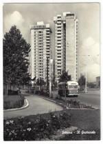 Il Grattacielo s'impone sul panorama cittadino dai giardini sottostanti, 1966